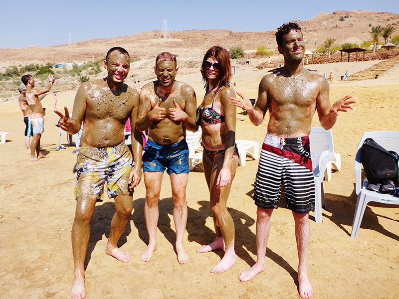 Drijven op de dode zee in jordanie, modder van de dode zee