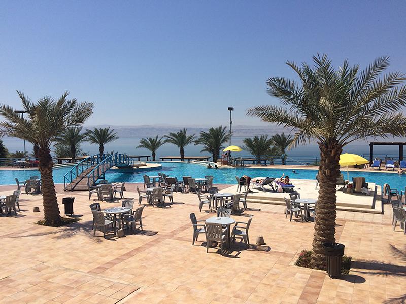 Drijven op de dode zee in jordanie