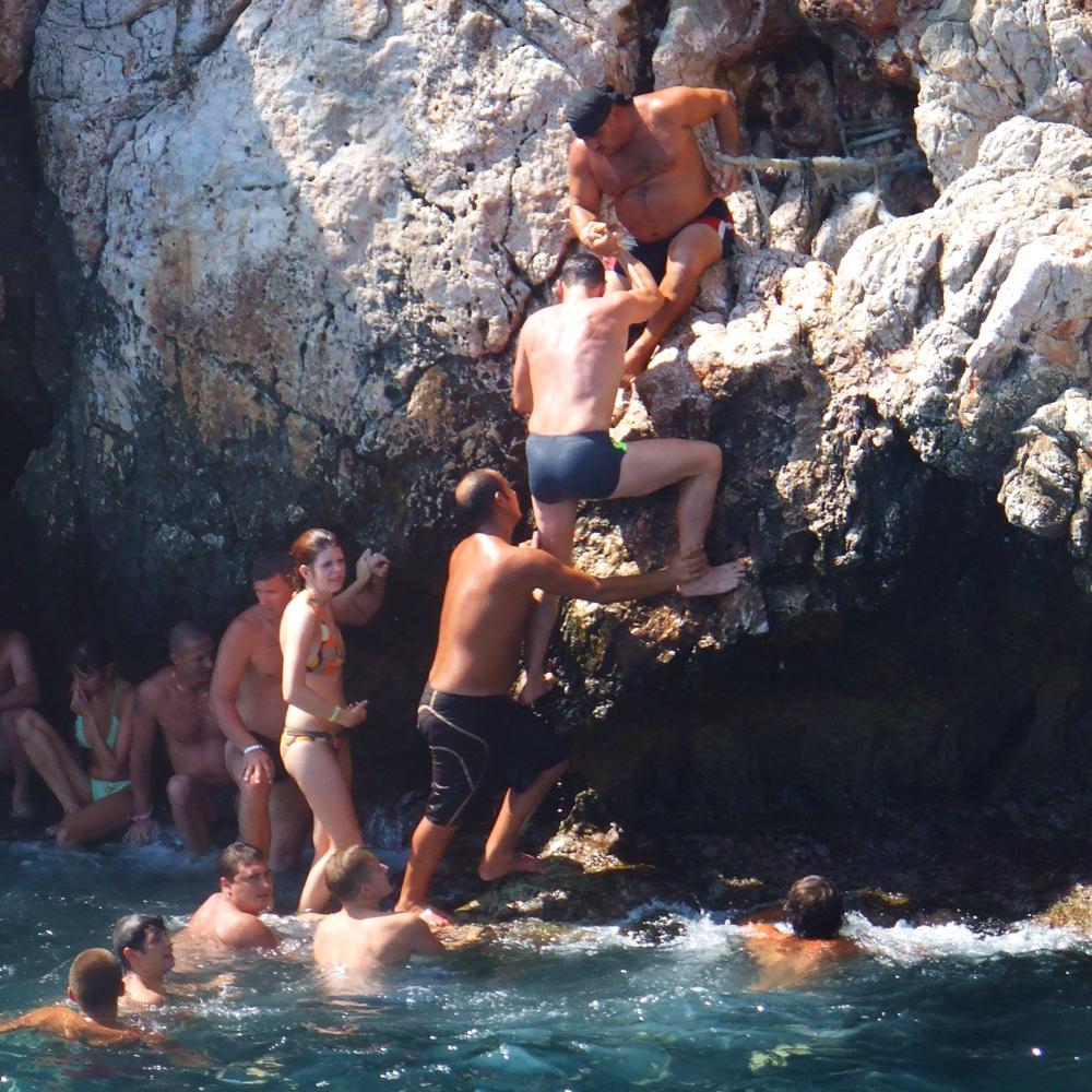 van een klif afspringen, klif springen. cliff jumpen, klif duiken, alanya, turkije, bucket list, bucket list blog, bucket list klif springen,