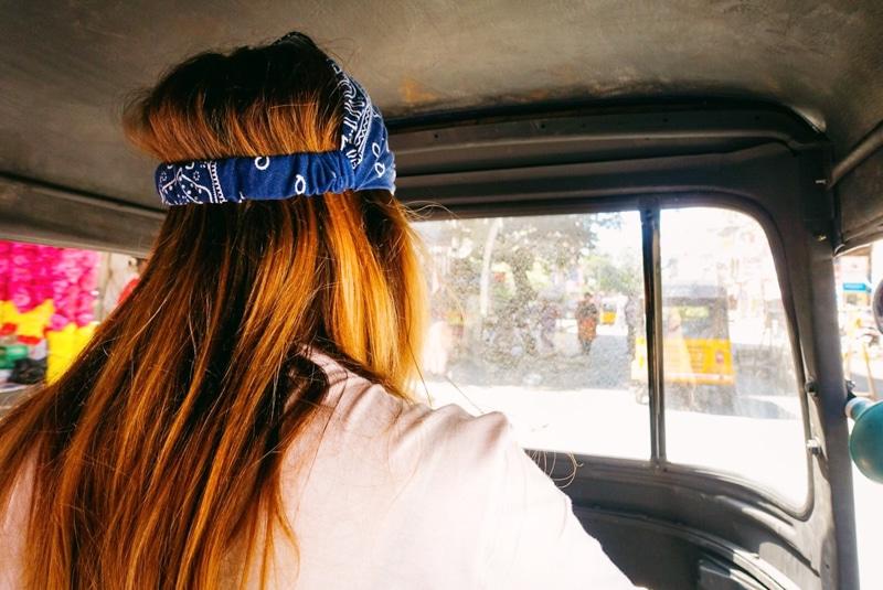 In India rijden in een rickshaw