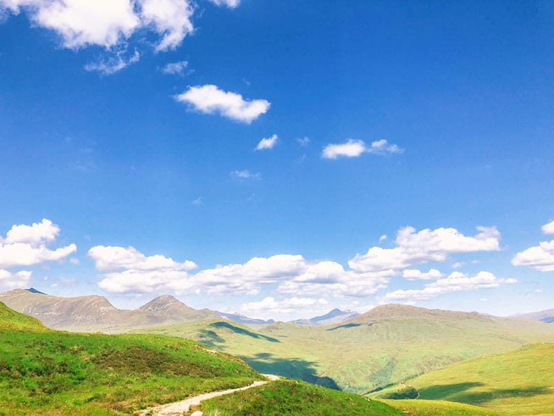 Strak blauwe lucht over de highlands van Schotland
