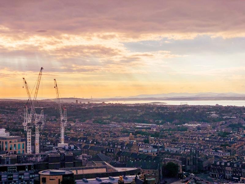 Zonsondergang op Uitzicht vanaf Calton Hill in Edinburgh