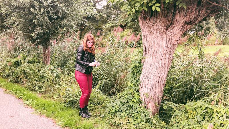Een blije Diana tijdens een gevonden Geocache