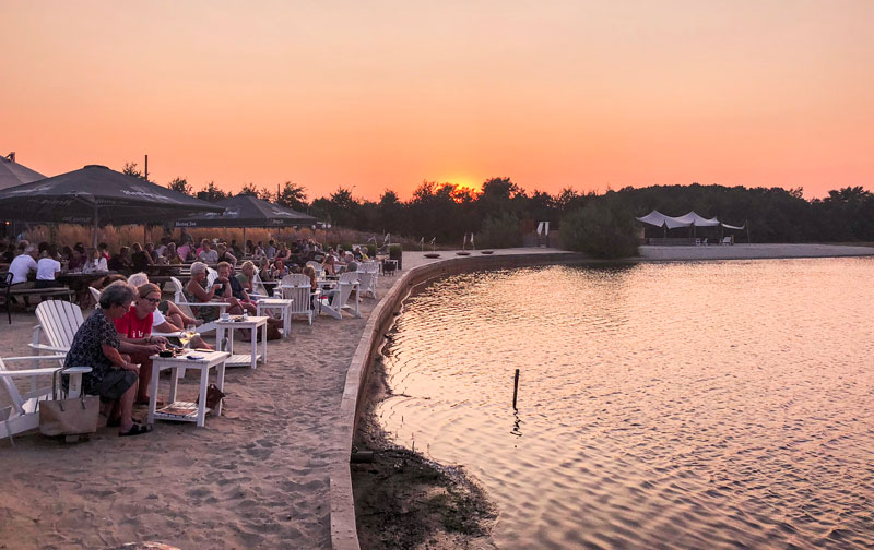 Genieten van de zonsondergang bij het Houtse Meer