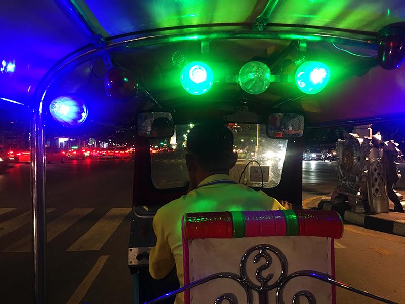 tuktuk race door bangkok, tuktuk, tuktuk bangkok, tuktuk race, bangkok, racen in een tuktuk,