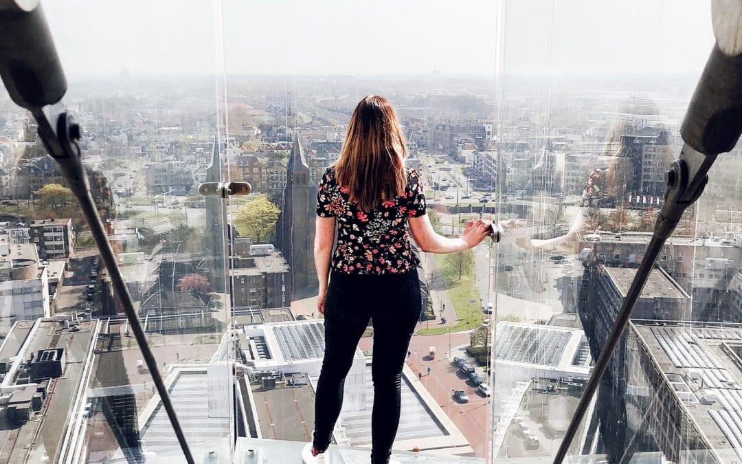 Wie durft? Staan op glazen balkon op de Eusebiuskerk in Arnhem