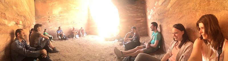 Lunchen in een grot in Petra Jordanië