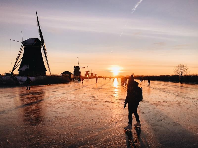 Schaatsen bij Kinderdijk bij zonsopkomst