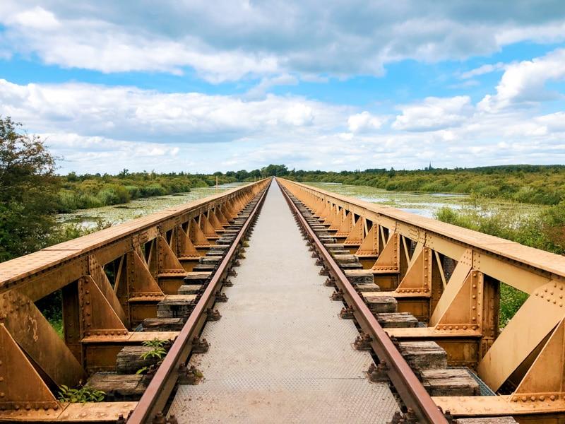 Wandelen over de Moerputtenbrug in de Moerputten