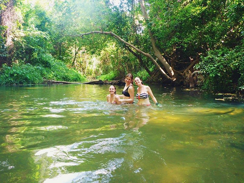 Zwemmen in de jungle van Khao Yai nationaal park thailand